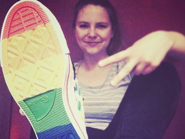 Geht zum CSD: Lina Kaiser mit Pride Converse