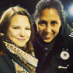Steffi Jones ist nicht nur echt nett und hat dieses Foto mit mir gemacht - sie ist auch ein super Beispiel für einen offenen Umgang mit Homosexualität im Frauenfußball.