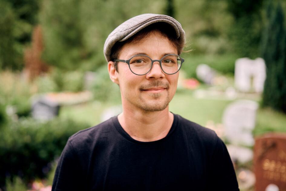 """Julian Heigel bietet mit """"Thanatos"""" Beerdigungen für LGBTQ-Personen an."""