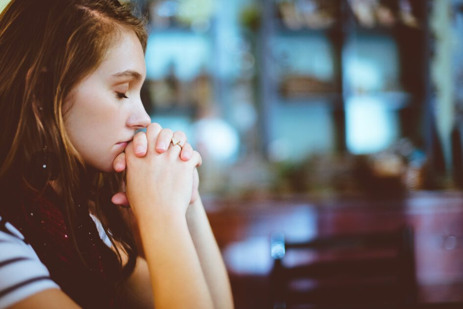 Frau die betet.